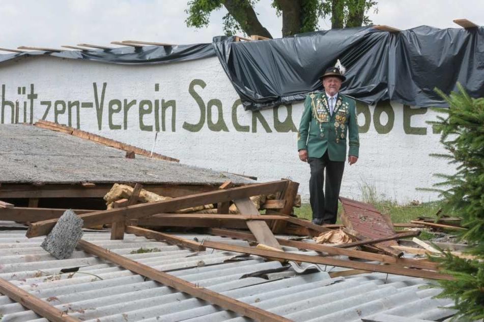 Das komplette Dach des Schützenheims riss der Sturm in Sacka mit sich.