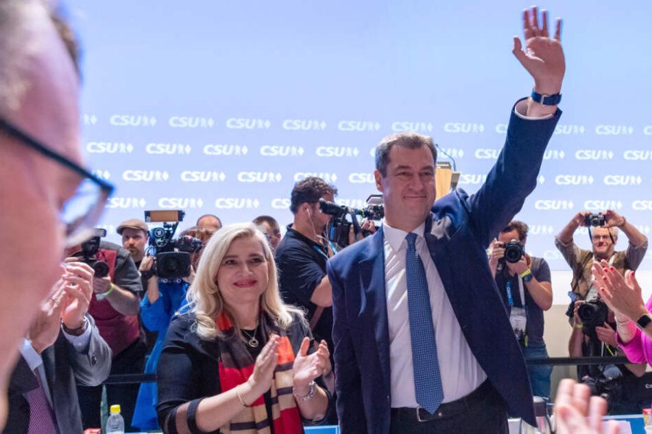 Parteifreunde gratulieren Markus Söder (r.) zu seiner Wiederwahl zum Parteivorsitzenden auf dem CSU-Parteitag.