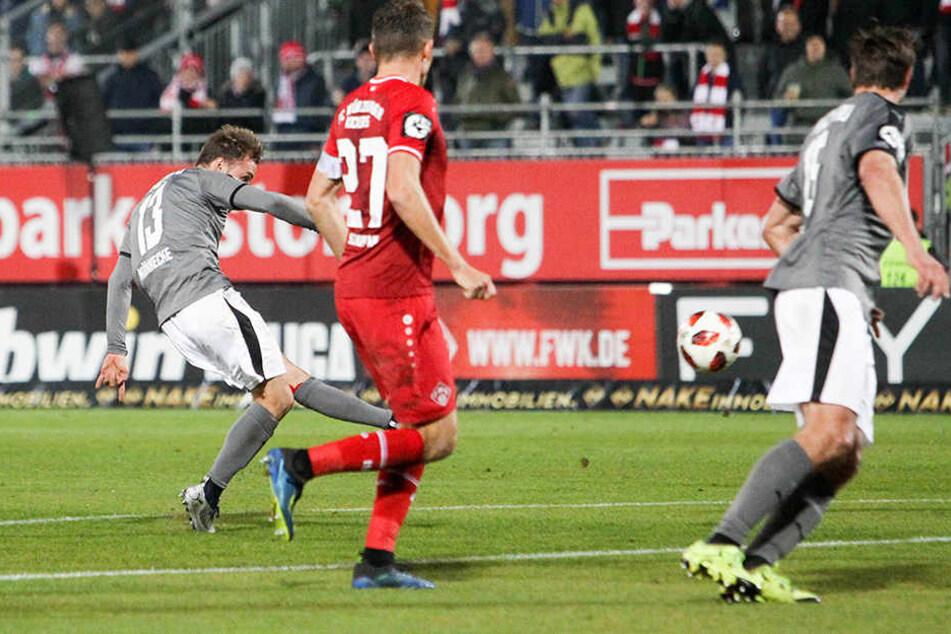 Mike Könnecke (l.) hat mit seinem lädierten linken Fuß abgezogen und trifft zum 2:0 für den FSV.