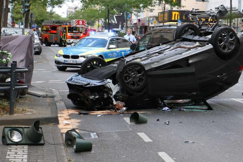 Warum der Ford eine Ampel beschädigte und auf dem Dach landete, ist noch unklar.