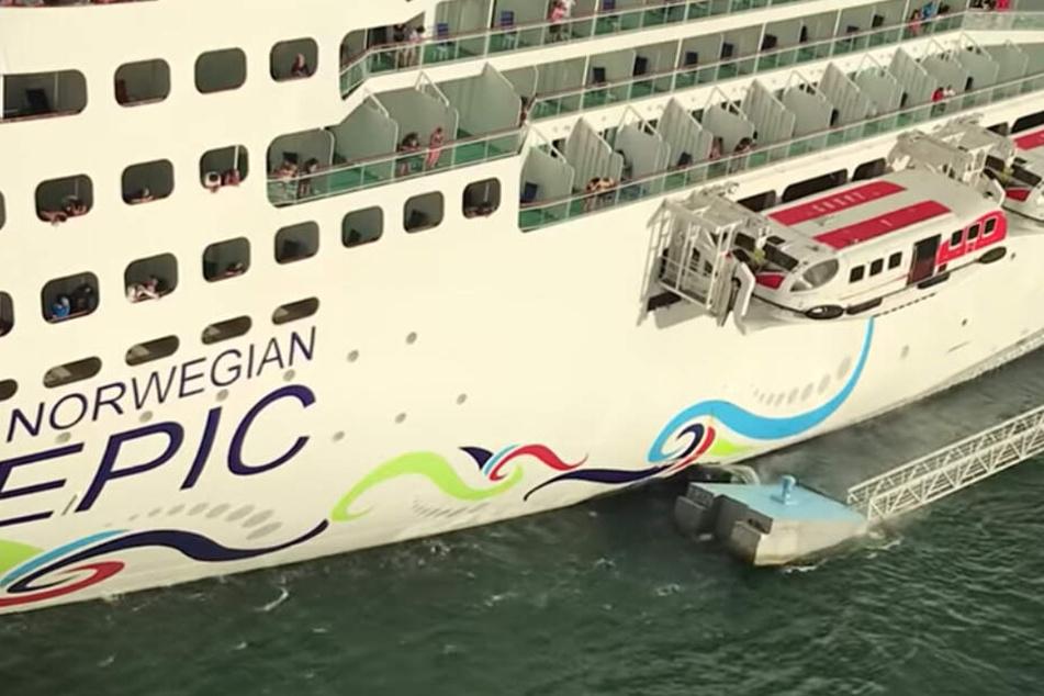 Das Schiff rammt die Plattform, die nur Sekunden später im Wasser versinkt.