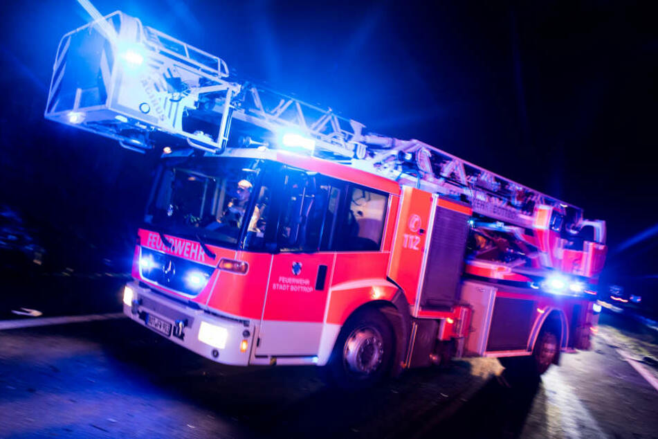 Zwei Löschzüge der Berufsfeuerwehr und die Freiwillige Feuerwehr rückten aus. (Symbolbild)