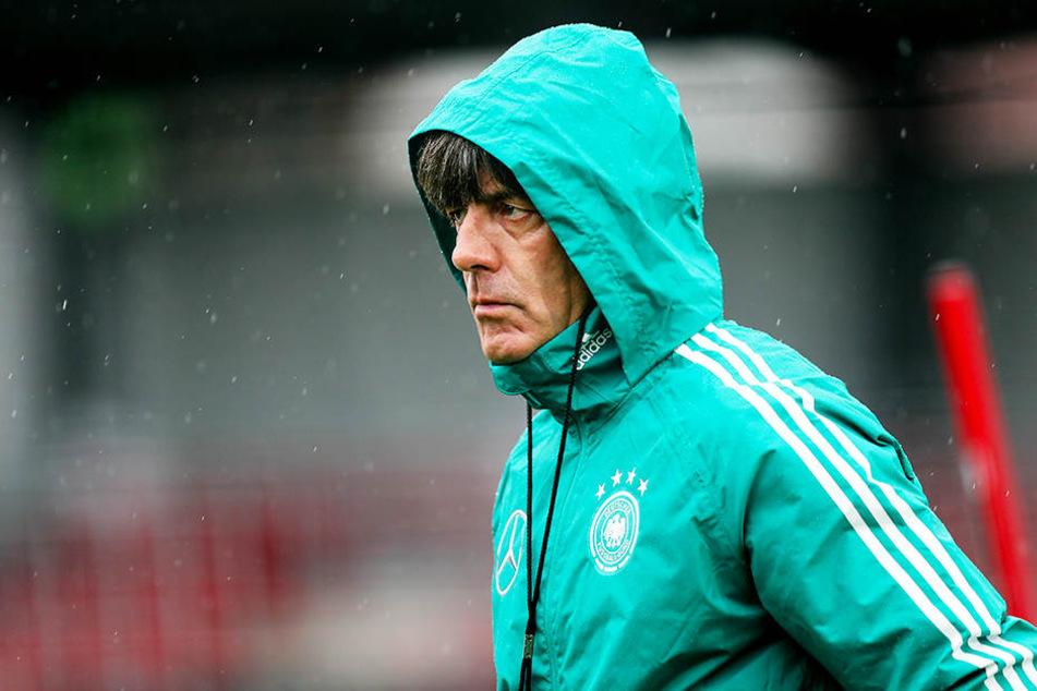 Steht im Regen: Bundestrainer Joachim Löw hat sportlich ein Jahr zum Vergessen hinter sich.