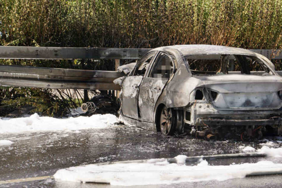 Auto fackelt auf Autobahn ab, Fahrer fällt Flammen zum Opfer und stirbt