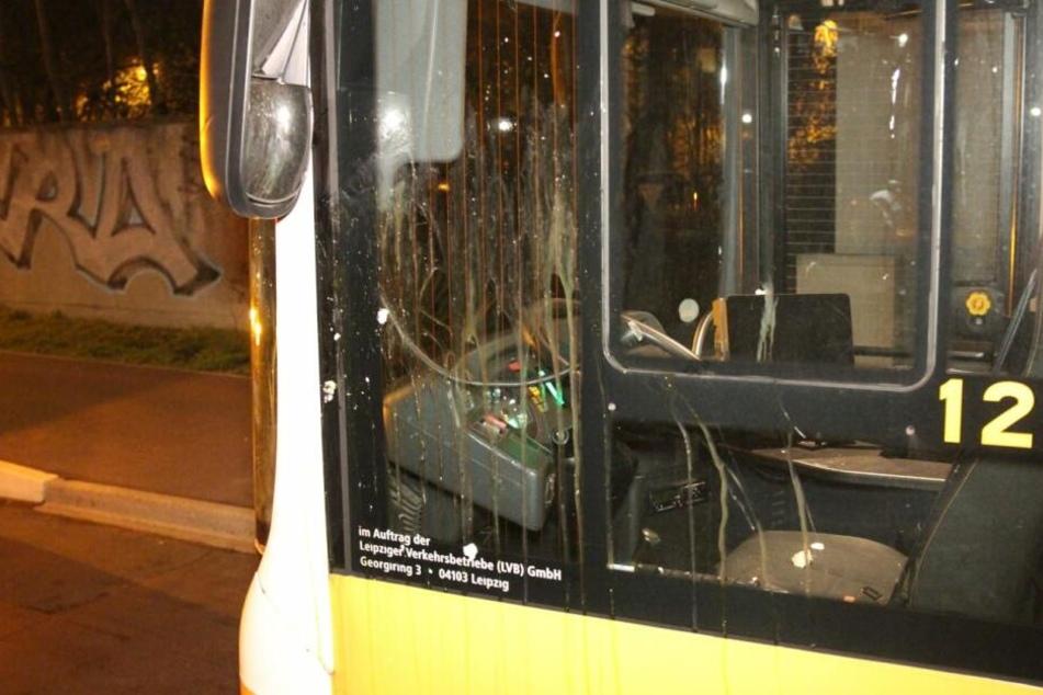 Mehrere rohe Eier wurden gegen die Fahrerscheibe des LVB-Busses geworfen. Weshalb, ist noch völlig unklar.