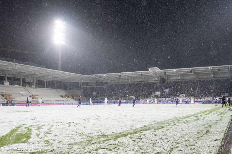 Im Dezember 2017 gegen Darmstadt war der Rasen im Erzgebirgsstadion nach heftigen Schneefällen in Durchgang zwei gerade noch so zumutbar. Aue gewann 1:0.