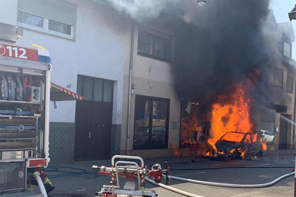 Eine A-Klasse fing Feuer, schließlich griff dieses auch auf ein Haus über.
