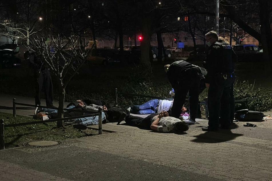 Polizeibeamte nehmen nach der blutigen Auseinandersetzung mehrere Männer in Gewahrsam.