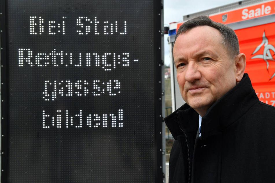 Innenminister Holger Poppenhäger (SPD) setzt sich für höhere Bußgelder für Rettungsgassen-Blockierer ein.