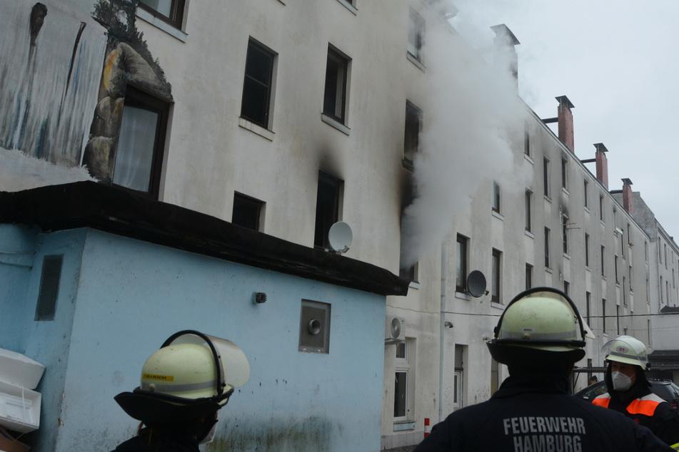 Flammen in Mehrfamilienhaus: Bewohner springen aus Fenster!