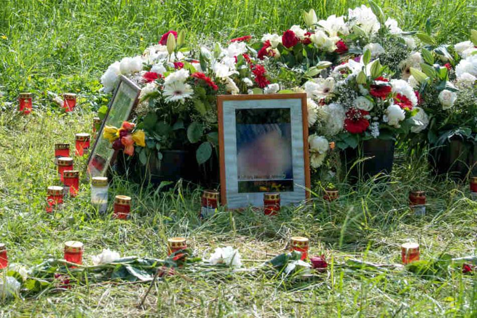 Blumen, Grablichter und Porträts der Getöteten standen am 15. Mai 2018 an der Stelle im Niddapark, wo die Leiche einer jungen Frau gefunden worden war.