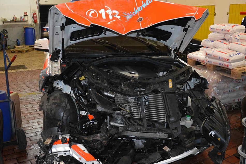 Das Auto des Notarztes ist komplett zerstört und konnte nur noch abgeschleppt werden.