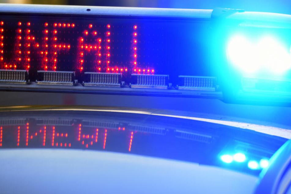 Horror-Crash auf A8: Zwei Autos überschlagen sich, sechs Personen verletzt