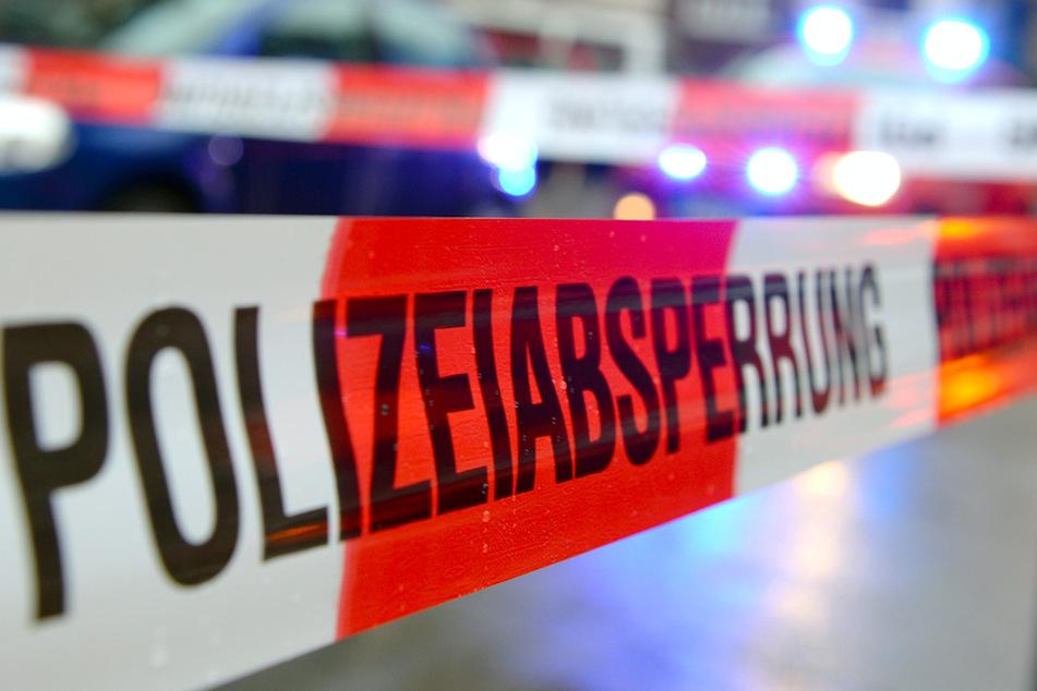 Kollegen machen grausige Entdeckung: Mann (25) wird in Maschine eingeklemmt und stirbt