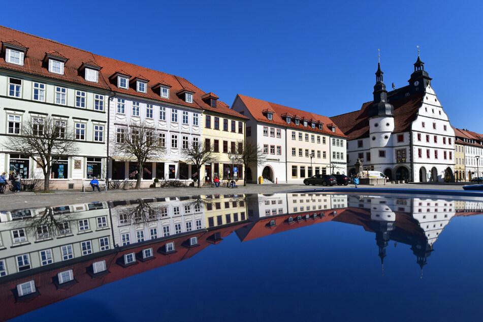 Der fast menschenleere Markt mit dem historischen Rathaus in Hildburghausen.