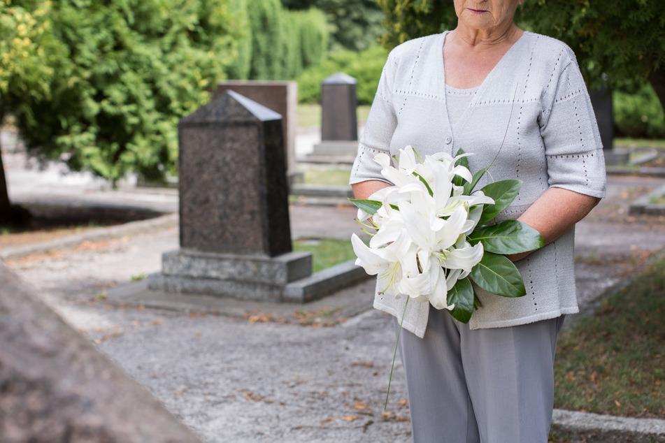 Frankfurt: Seniorin (88) widmet sich auf Friedhof der Grabpflege, dann widerfährt ihr Schreckliches