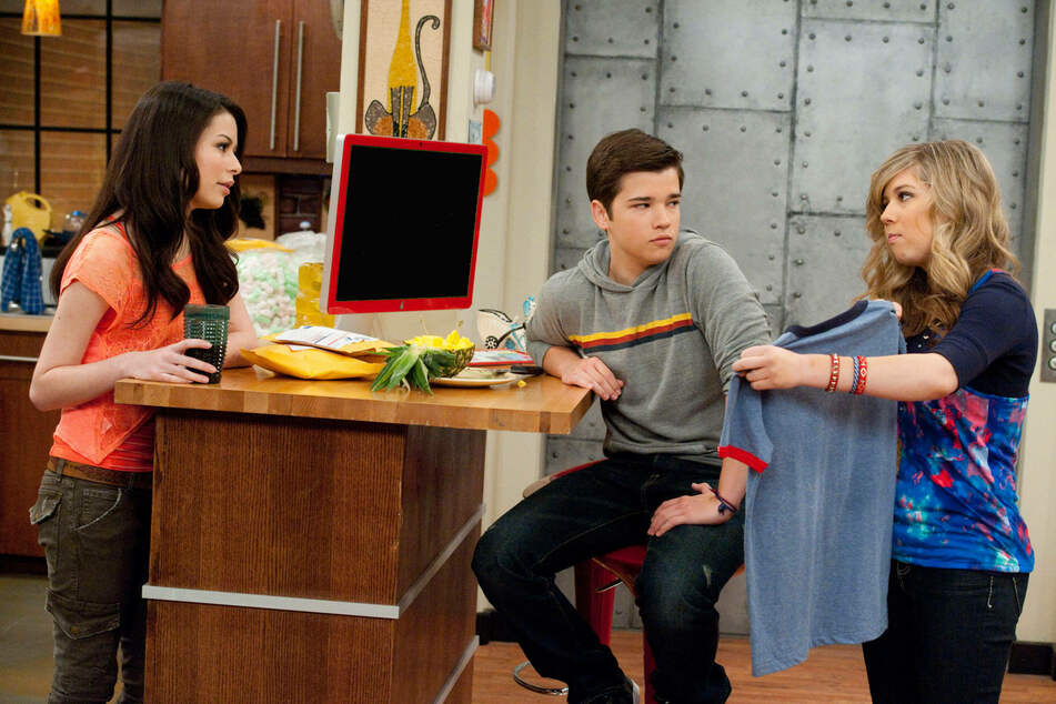 Miranda Cosgrove (Carly), Nathan Kress (Freddie), and Jennette McCurdy (Sam) in the Nickelodeon hit how iCarly.