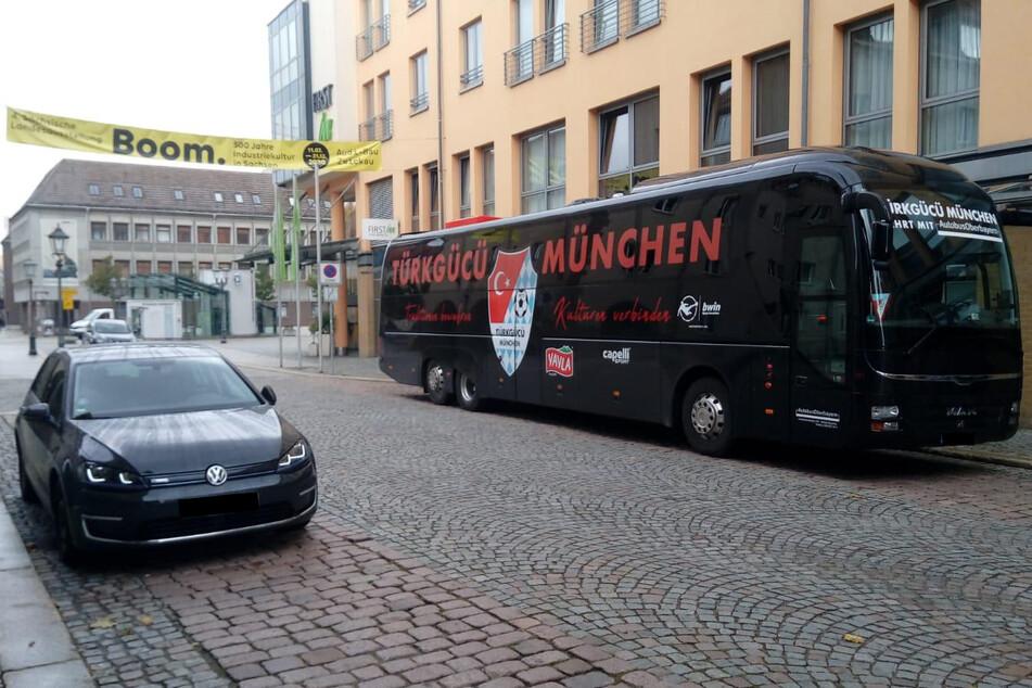 Der Mannschaftsbus des Türkgücü München in Zwickau. Die Partie gegen den FSV wurde kurzfristig abgesagt.