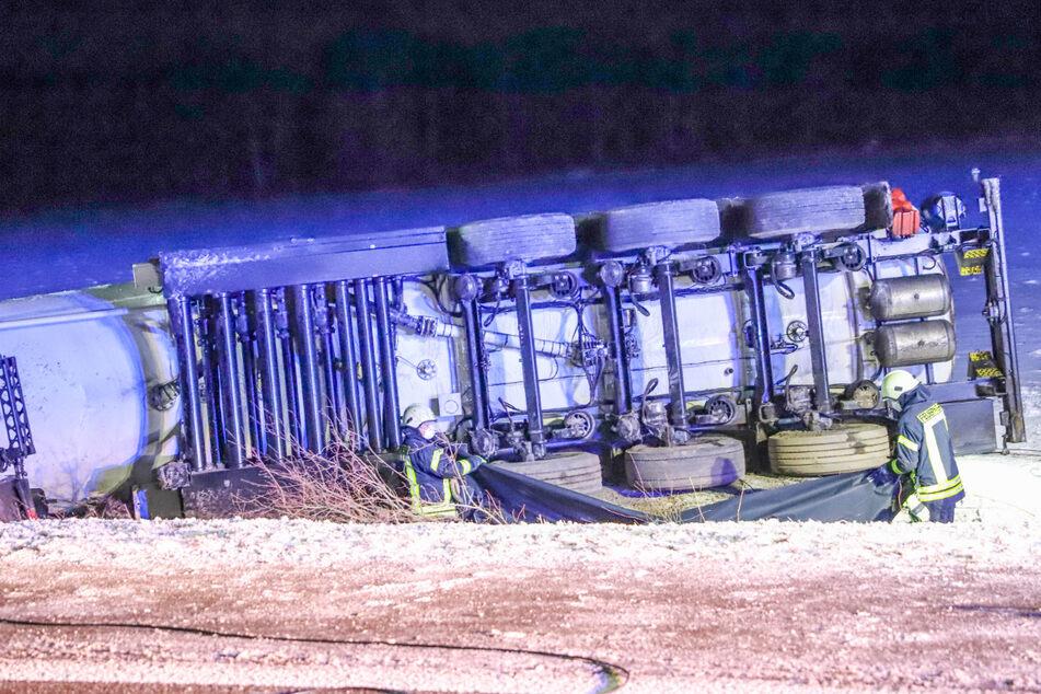 Der Laster war am frühen Donnerstagmorgen von der Straße abgekommen und im Grünstreifen umgekippt.