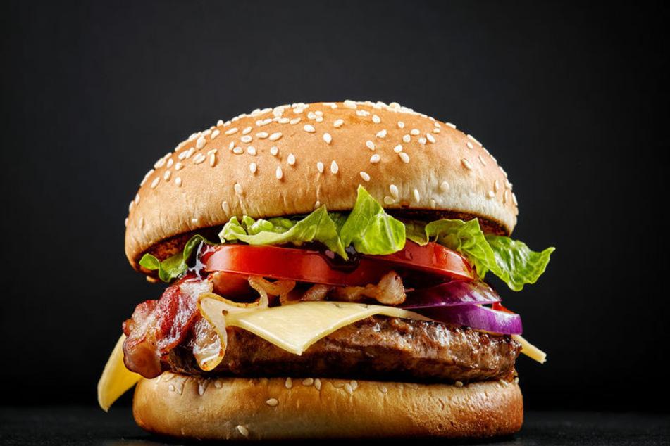In einem Burger versteckte der Schmuggler die Drogen. (Symbolbild)