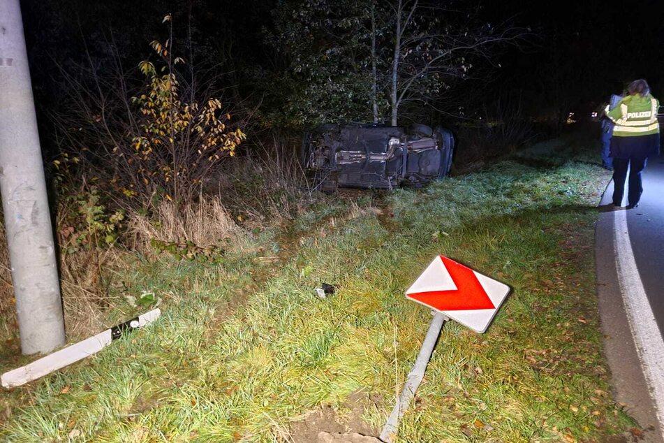 Der Fahrer war in einer Rechtskurve nach links von der Fahrbahn abgekommen. Darauf fuhr der Wagen ein Richtungsschild um und überschlug sich.
