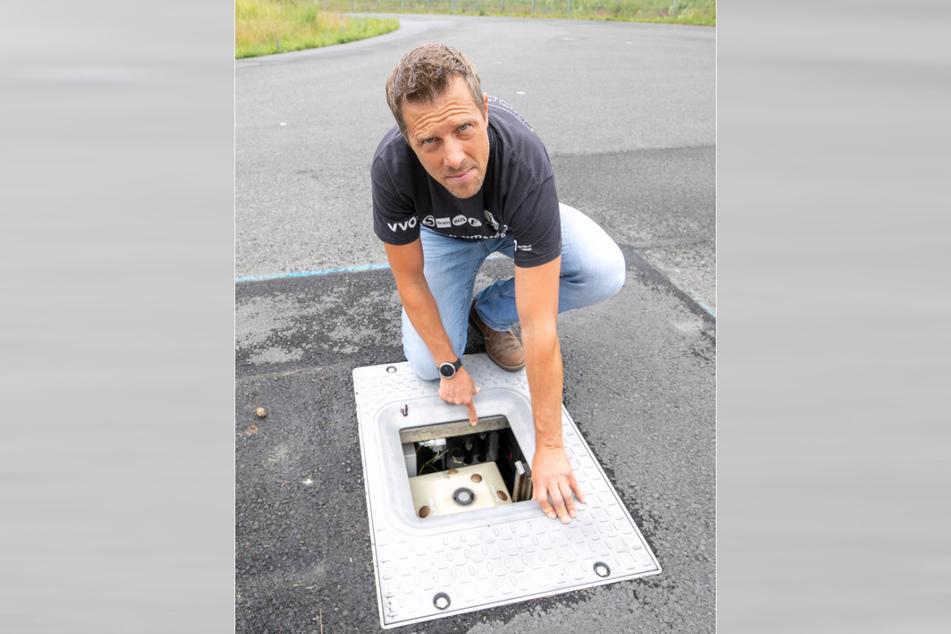 Assistent Reike Jungnick (47) am E-Lade-System, das aus der Erde fahren kann.