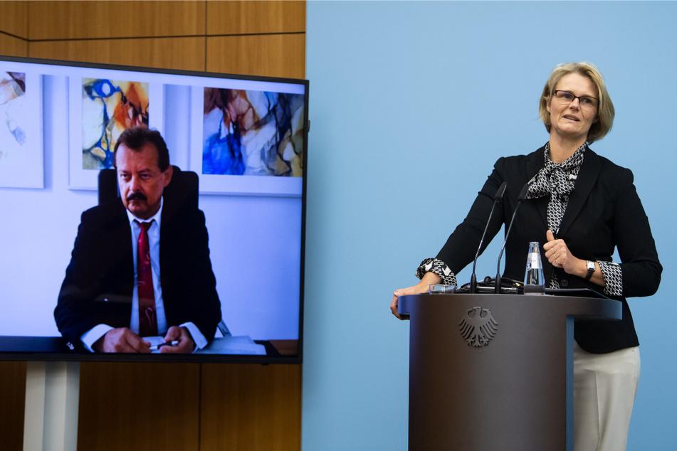 Anja Karliczek (CDU), Bundesministerin für Bildung und Forschung, äußert sich zusammen dem per Video zugeschalteten Mediziner Michael Albrecht, Medizinischer Vorstand des Uniklinikums Dresden, zum aktuellen Stand in der Covid-19-Behandlung.
