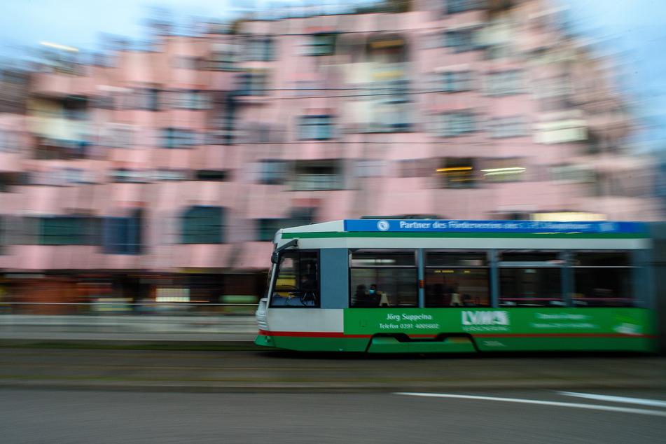 Ein unbekannter junger Mann hat sich während der Fahrt an einer Straßenbahn festgehalten und so befördern lassen. (Symbolbild)