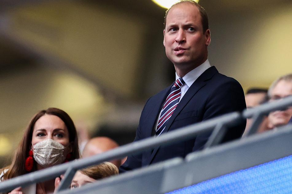 Herzogin Kate (l., 39), Sohn George (Mitte, 7) und Prinz William (39) beim Finalspiel im Wembley-Stadion.