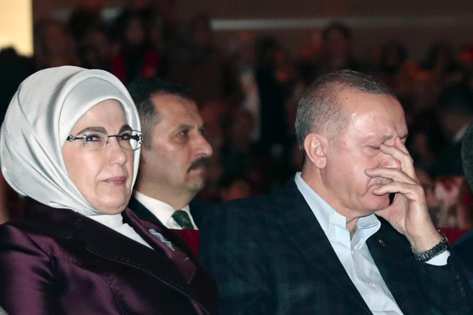 Recep Tayyip Erdogan (re.) nimmt an einer Veranstaltung zum Weltfrauentag an der er mit seiner Frau Emine Erdogan (li.) teil.