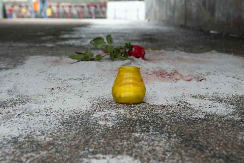 Eine Rose und eine Kerze wurden in der Unterführung zum Monbijoupark im Bezirk Mitte abgelegt.