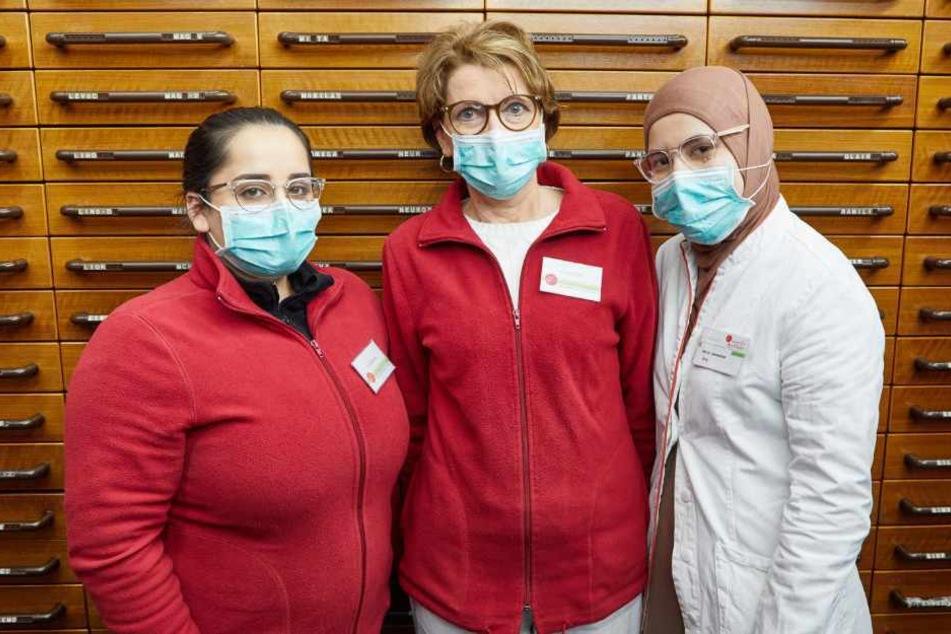 Gemeinsam mit ihren Kolleginnen Rogia Walizadah (links) und Sahar Jamschidi trägt Doris Lüdke einen Mundschutz während der Arbeit.