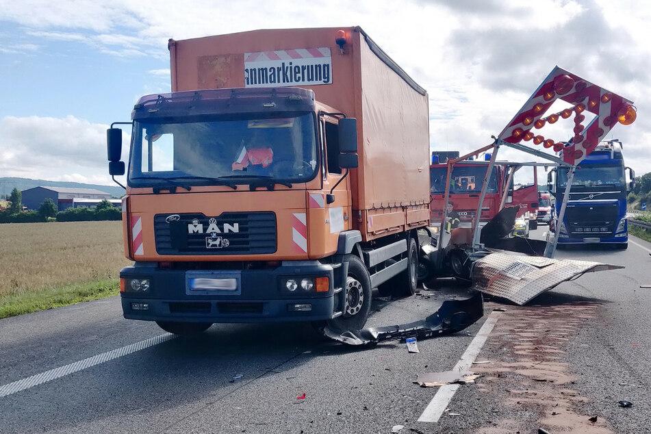 Unfall A38: Einfach übersehen: Renault fährt auf A38 ungebremst in Schilderwagen
