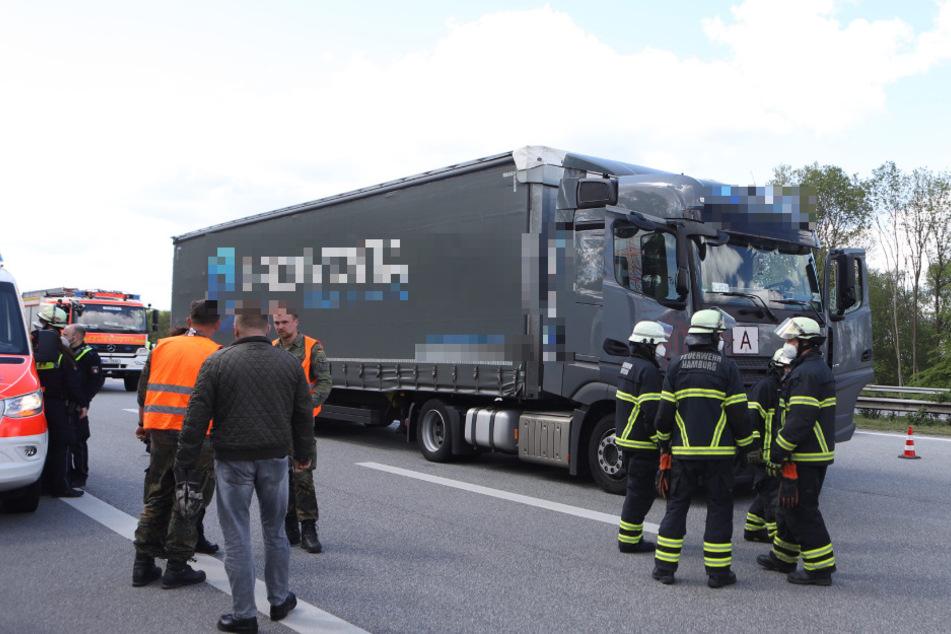 Drama auf der Autobahn: Lkw-Fahrer bricht hinterm Steuer zusammen