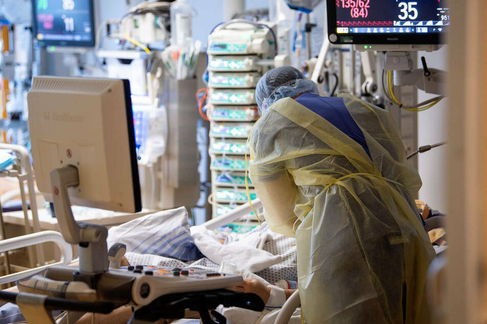 Laut der Berufsgenossenschaftlichen Unfallkliniken lägen bundesweit weit über 100.000 Anträge auf Anerkennung von Long-Covid als Berufskrankheit von Klinikpersonal bei den Versicherungen vor.
