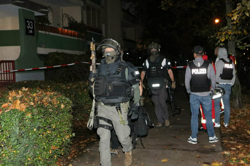 Berlin: Mann schießt aus Fenster, dann rückt das SEK an