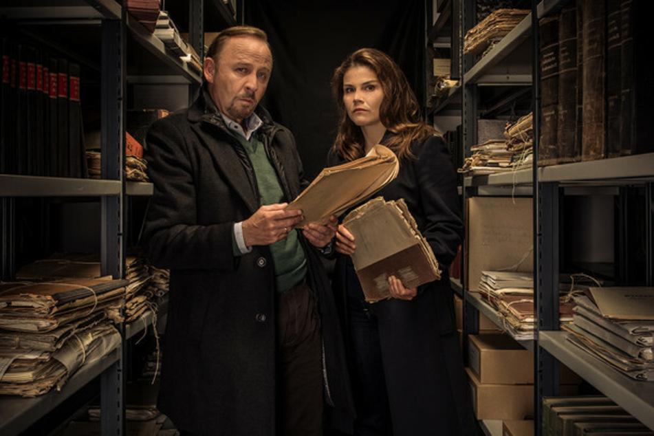 Nina Petersen (Katharina Wackernagel, 42) und Karl Hidde (Alexander Held) vermuten, dass brisante Akten der Schlüssel zum Mordfall Kellermann sind.