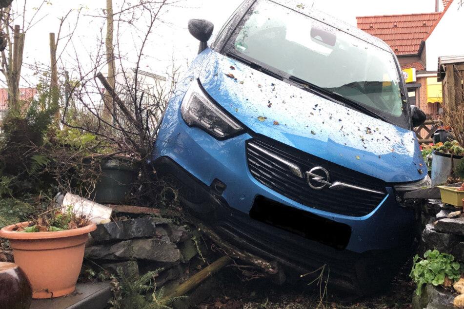 Auto kracht in Garten: Fahrer (69) bei Unfall in Kirchheimbolanden verletzt
