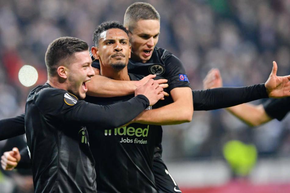 Das waren noch Zeiten: Frankfurts Luka Jovic (l-r), Torschütze Sebastien Haller und Mijat Gacinovic jubeln über das Tor zum 2:0 gegen Schachtar Donzek.