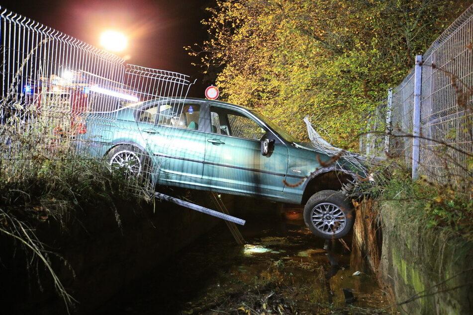 Der 16-Jährige durchbrach einen Zaun und landete im Straßengraben.