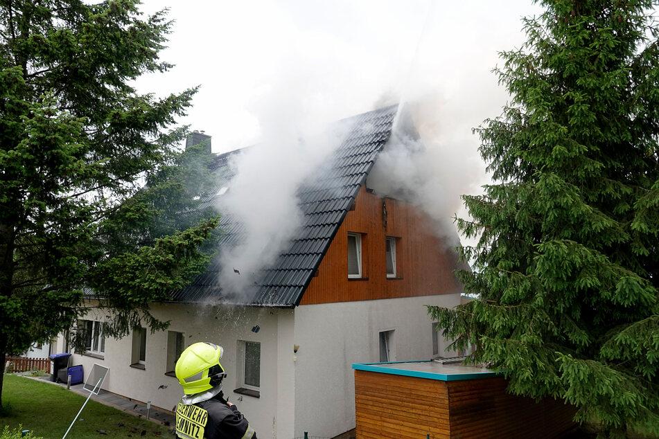 Dachstuhlbrand in Chemnitz: Feuerwehreinsatz an der Lichtenauer Straße.