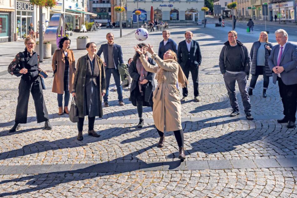 Internationale Künstler ließen sich auch den Marktplatz in Aue zeigen.