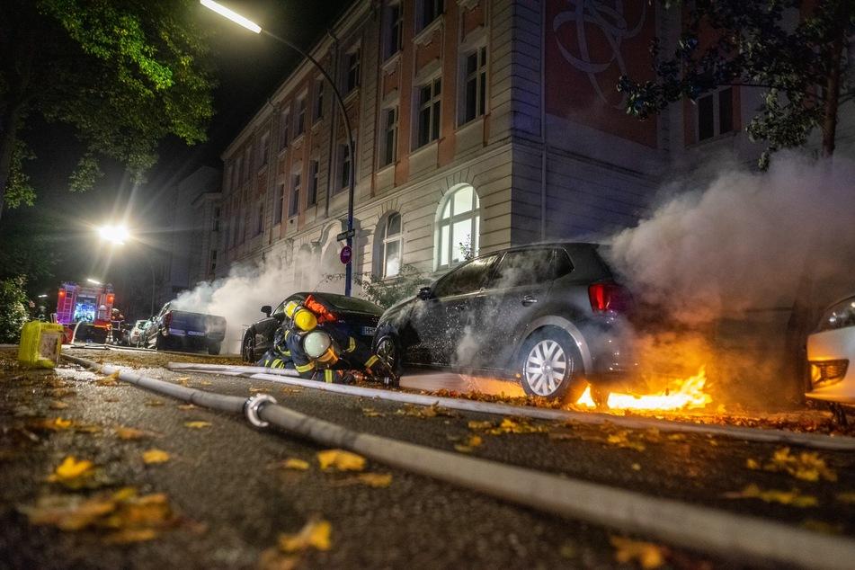 Hamburg: Feuerteufel in Hamburg? Zwei Autos bei Brandstiftung zerstört!