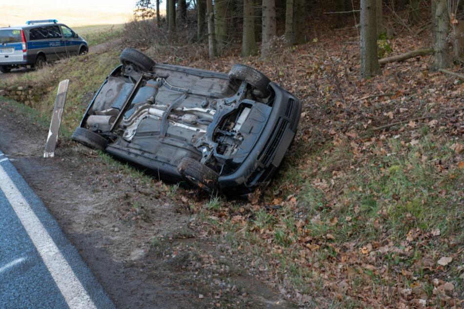Unfall im Erzgebirge: Auto überschlägt sich auf Bundesstraße