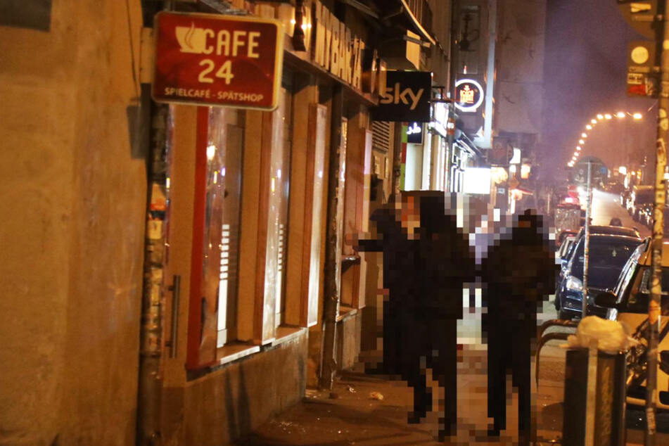 Dresden: Vermummte schmeißen Steine, Flaschen und Pyrotechnik auf Bar in der Neustadt!