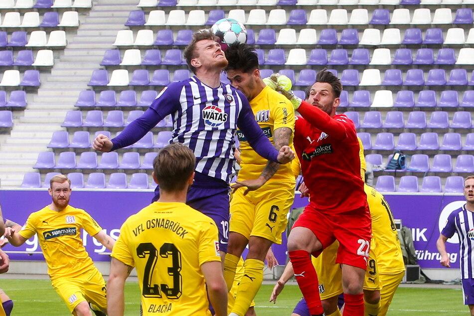 Sein letztes Spiel für Aue. Steve Breitkreuz (29, v.) setzt sich in der Luft gegen Osnabrücks Ludovit Reis (21) und Phillip Kühn (28, r.) durch. Aue gewann 2:1.