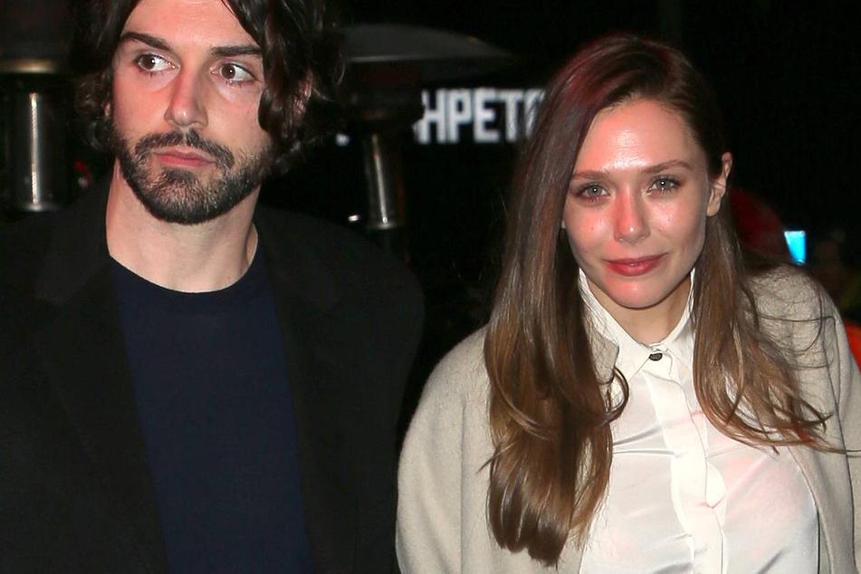 Elizabeth Olsen (r.) with her fiancé Robbie Arnett in 2018.