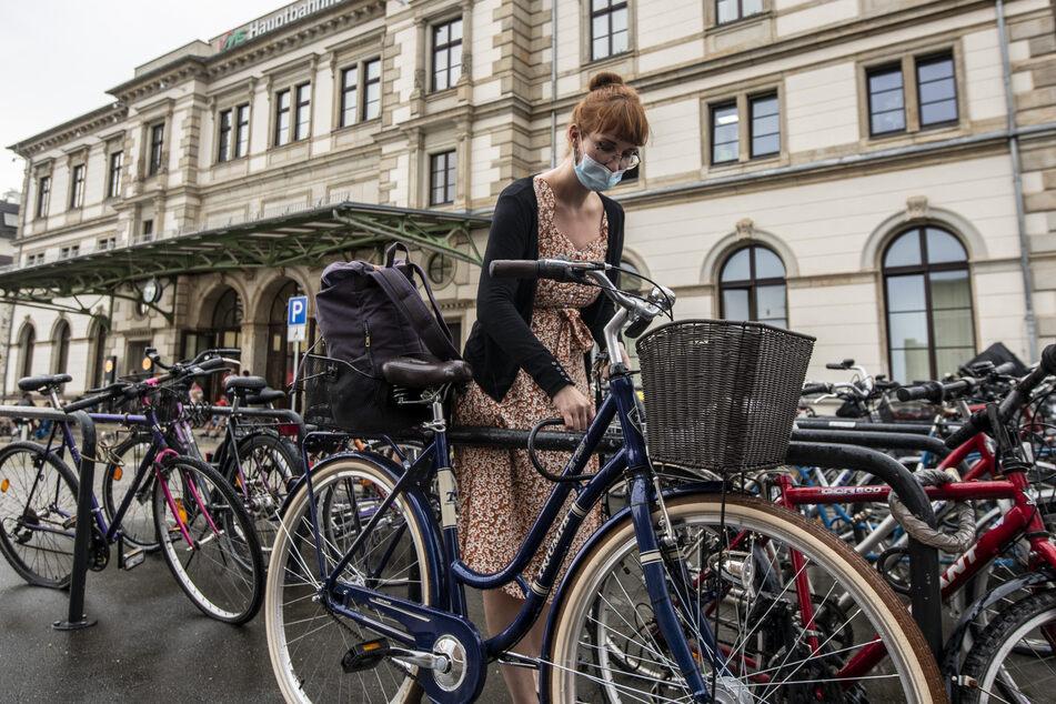 Bike-Chaos am Hauptbahnhof: Mandy Kieshauer (30) wünscht sich eine Fahrrad-Garage.