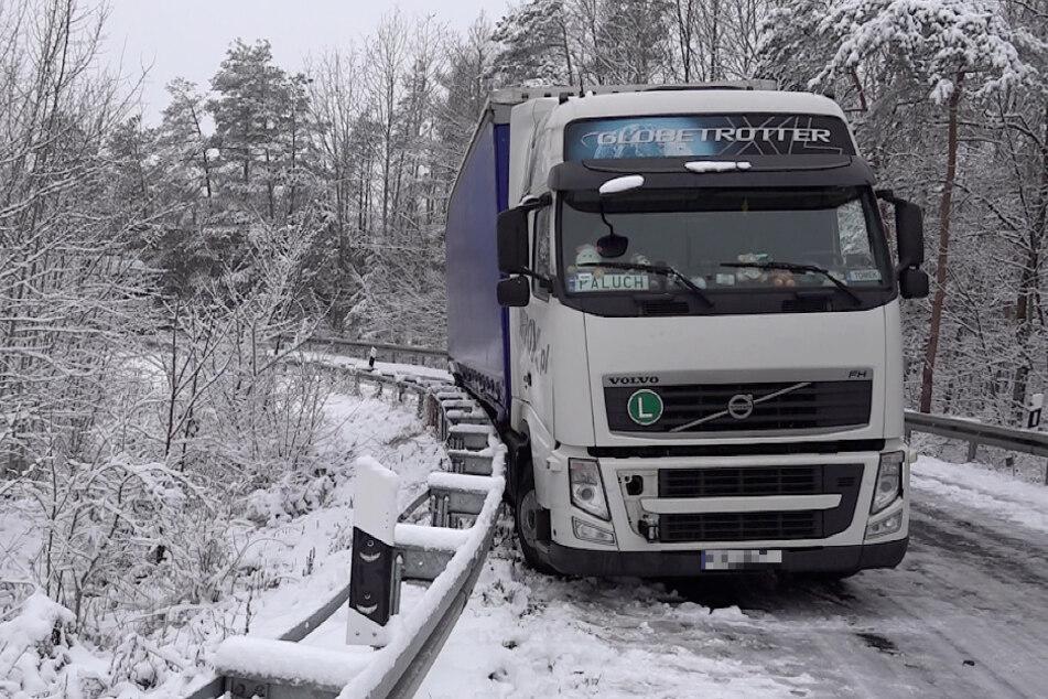 Auch in Sachsen-Anhalt war es aufgrund der Glätte zu Unfällen gekommen. Bei Marienborn geriet ein Lkw in eine Leitplanke, als er auf die A2 auffahren wollte.