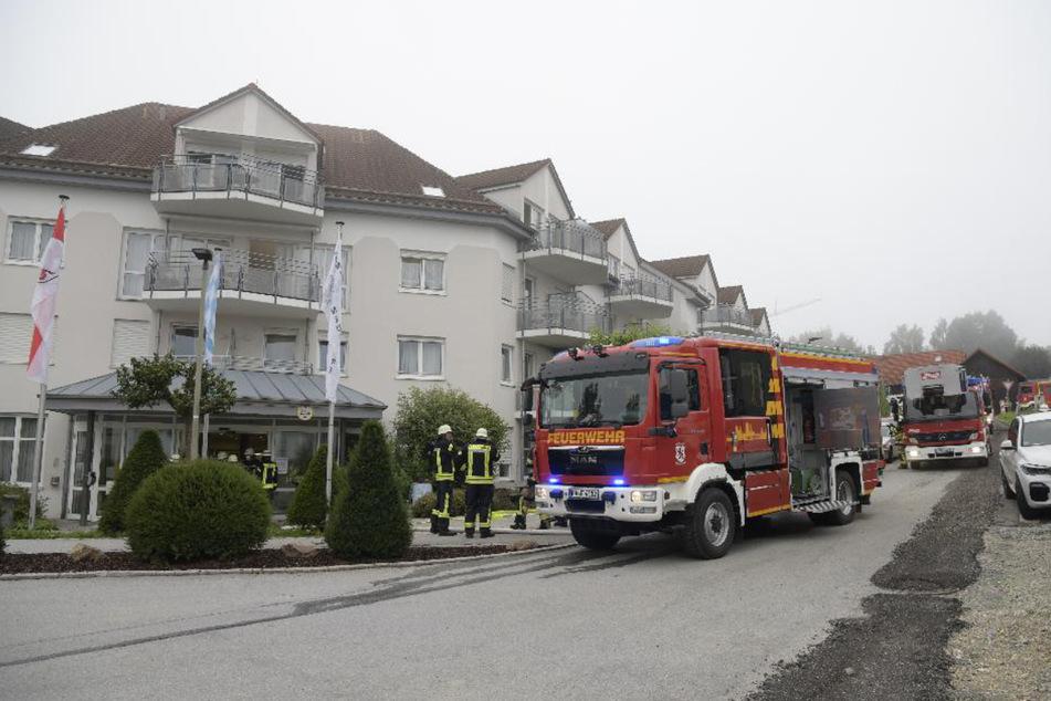 Einsatzkräfte stehen vor der Seniorenresidenz in Passau, in der es zu einem Zimmerbrand gekommen war.